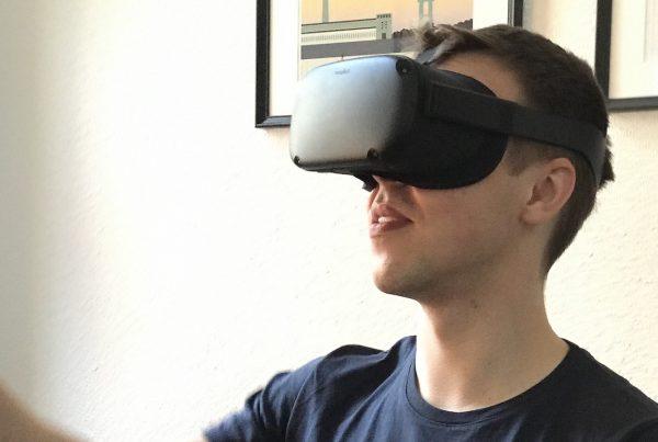 Benjamin von Future of Voice mit VR-Brille